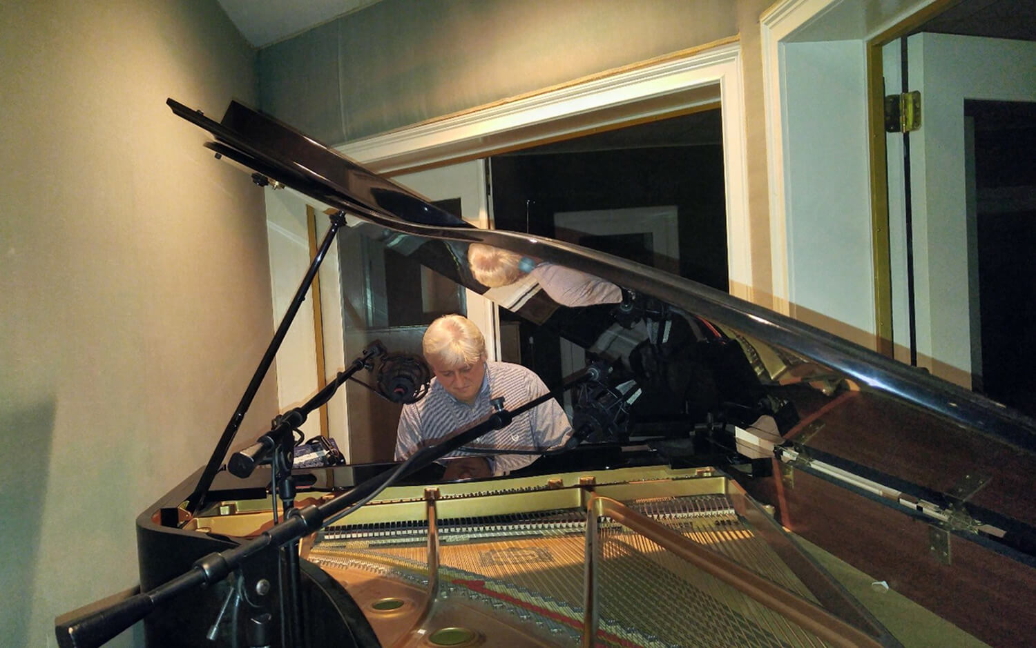 Peter Rosenberger playing the piano.